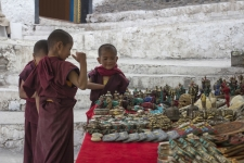Young-Monks-at-shop,-Leh-distr